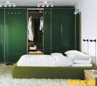 Interior kamar tidur dengan nada putih dan hijau