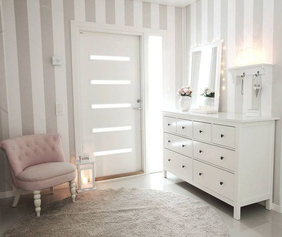 Pasillo luminoso con IKEA HEMNES