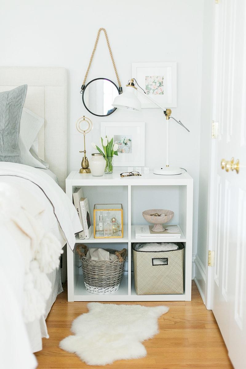 Стеллаж КАЛЛАКС в роли тумбочки в интерьере спальни