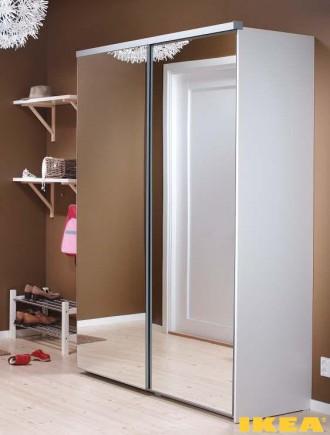 Interior corredor com roupeiro espelhado