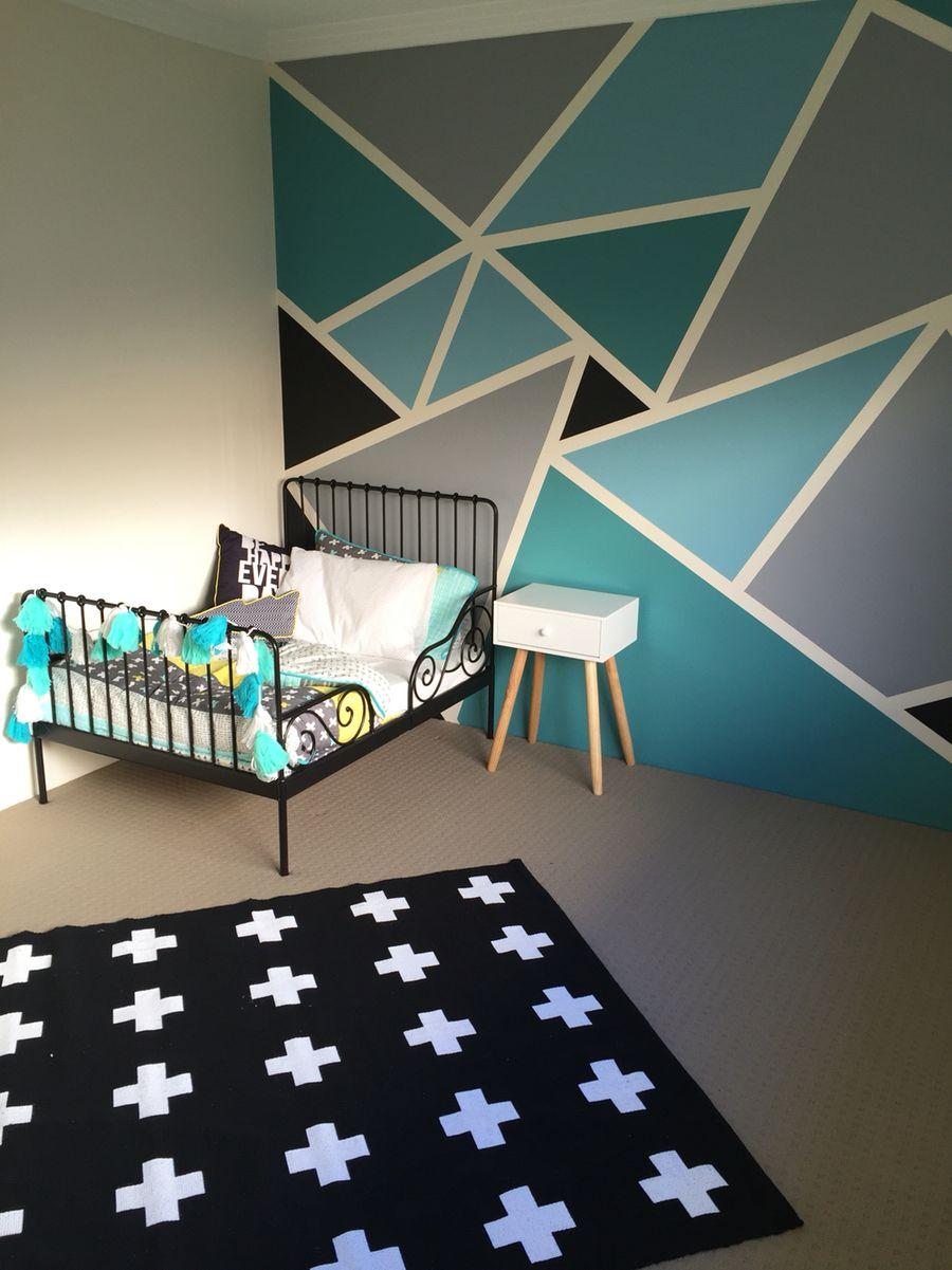 Et stort barnerom for en gutt med IKEA barneseng MINNEN