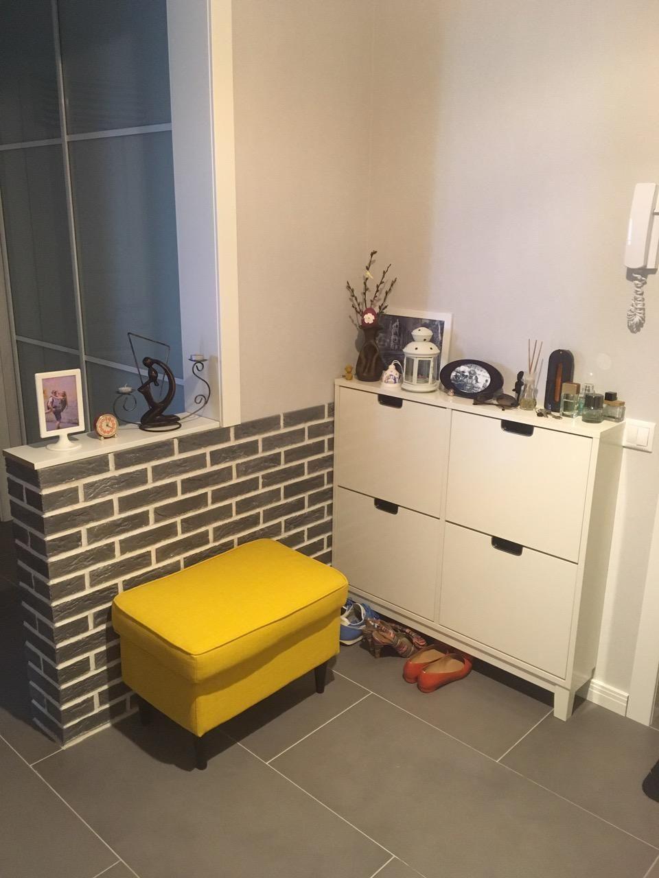 pasillo interior con mi puf y el gabinete del zapato IKEA