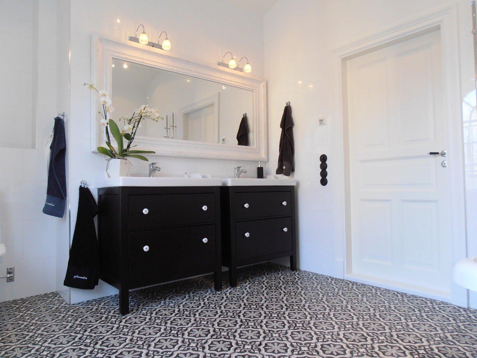 Piastrelle marocchine di lusso e un bagno bianco hemnes