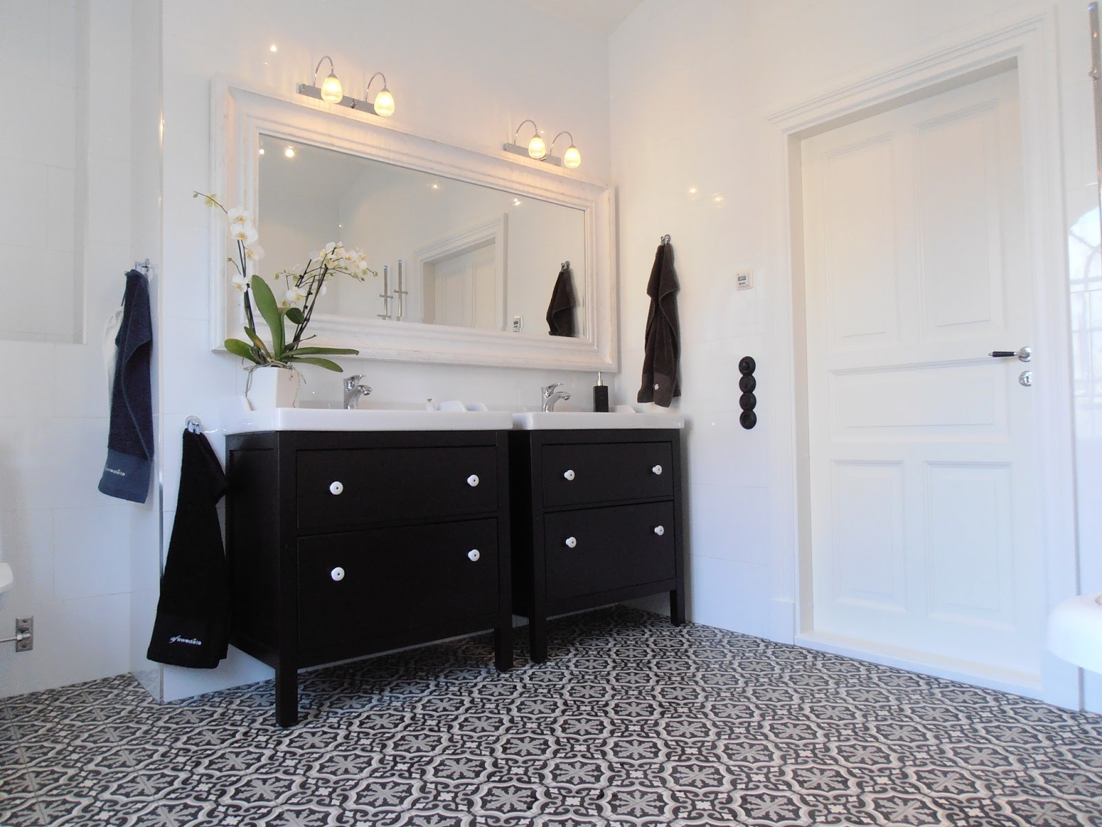 luksusowe maroka skie p ytki i bia y hemnes azience. Black Bedroom Furniture Sets. Home Design Ideas