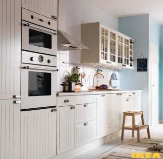 Kjøkken interiør med hvite møbler