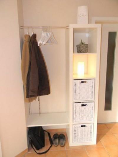 Geräumige Garderobe aus dem Regal