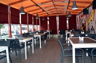 Интерьер летнего кафе с мебелью ИКЕА - фото