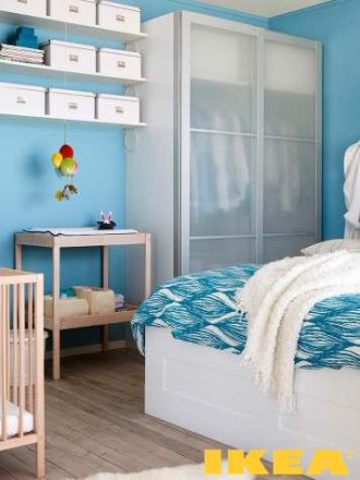 Interior kamar tidur dengan tempat tidur bayi