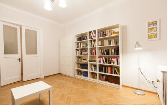 Minimalistisk interiør lys stue