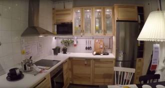 O interior de uma pequena em forma de L cozinha IKEA