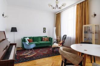 Hvite vegger, parkett, teppe og IKEA