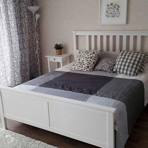 Una camera da letto accogliente con un letto HEMNES