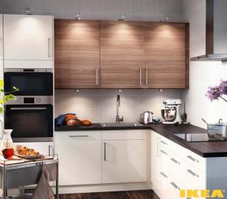 Интерьер угловой кухни со встроенной микроволновой печью