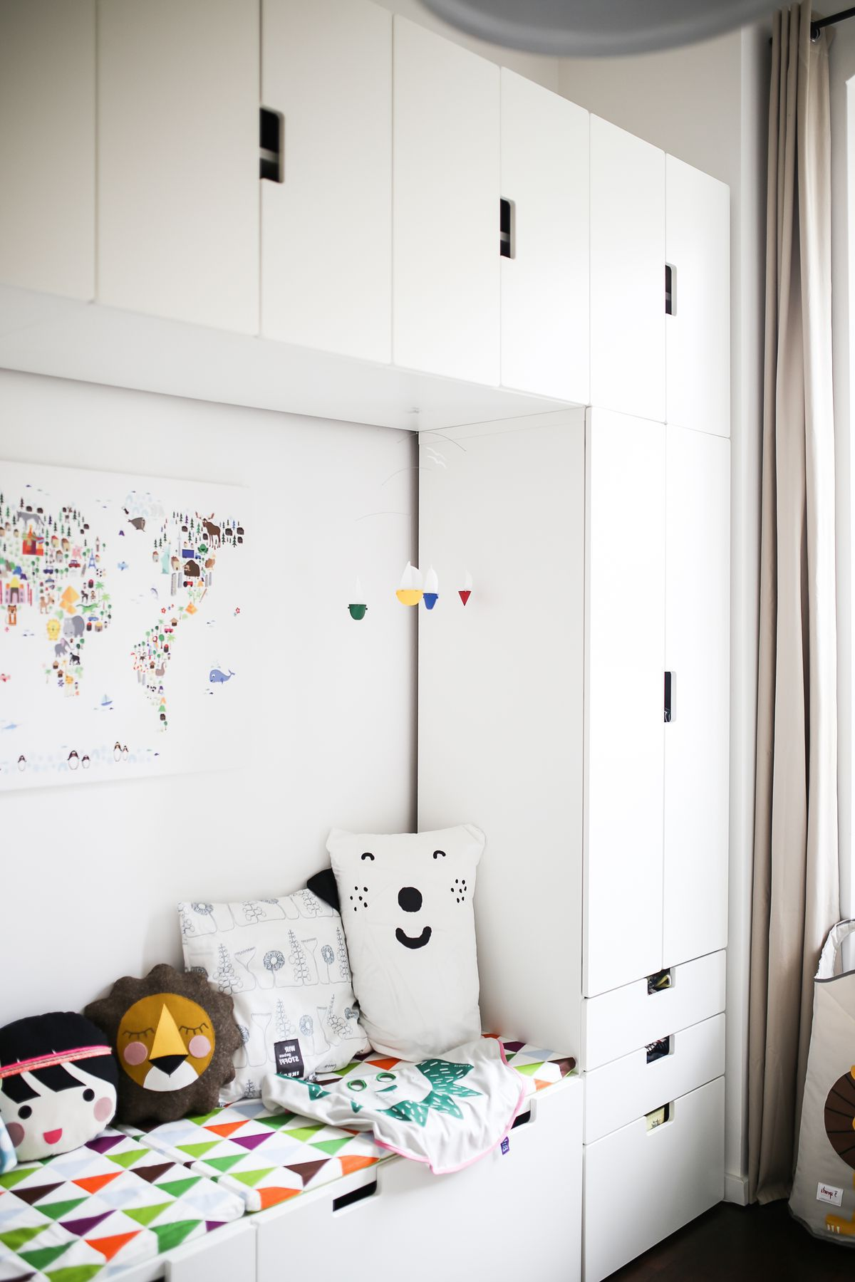 Couch and storage organization in the nursery with the help of IKEA STUVA series