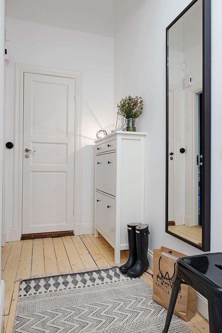 Ljus hall i lantlig stil och HEMNES Skoskåp
