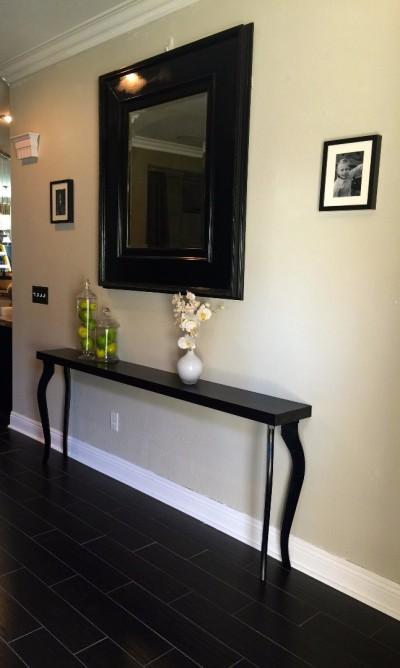 Неоклассический интерьерный столик под настенное зеркало
