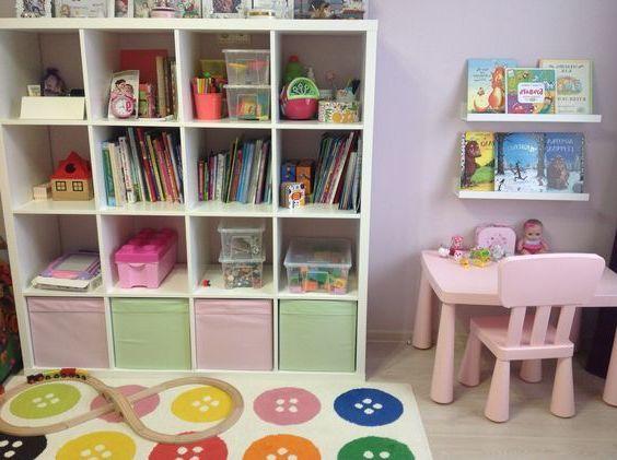 Удобное хранение книг и игрушек в детской со стеллажами ИКЕА