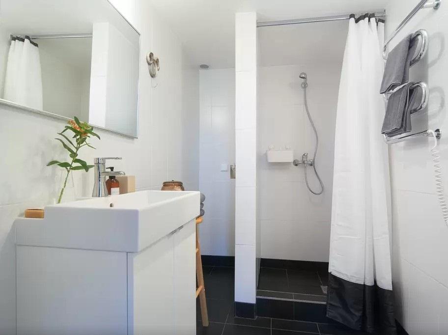 Раковина и шкафчик ЛИЛЛОНГЕН в интерьере ванной комнаты